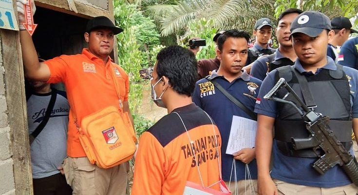 Polisi saat melakukan rekonstruksi kasus pembunuhan seorang anak oleh ayah tirimya. (foto:das)