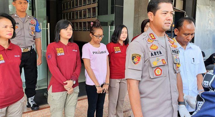 Satreskrim Depok berhasil meringkus Siti Nur Sekha alias Cantika  ibu angkat S (kaos putih). (foto:ltf)