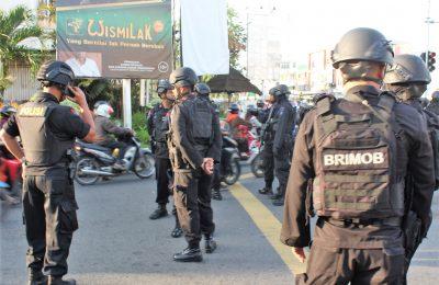 Satuan Brimog Polda Kalbar  berjaga di salah satu sudu jalan mengantisipasi aksi kerusuhan. (foto:das)
