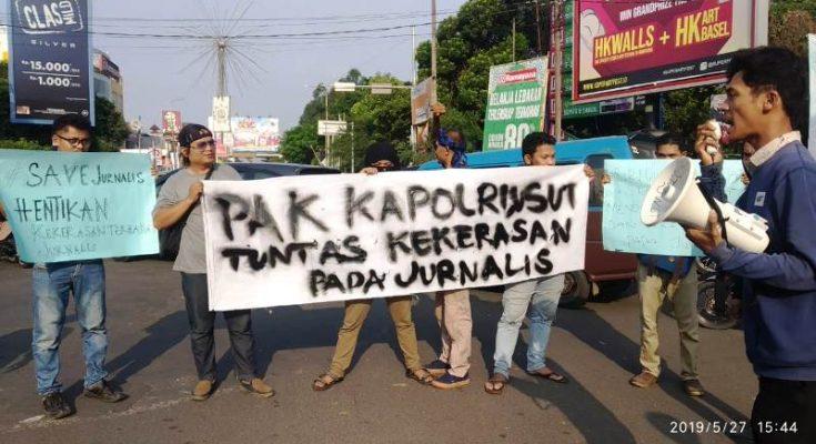 Jurnalis Muda Serang Raya (Jumsera) menggelar aksi unjuk rasa di Simpang Empat Alun-alun Kota Serang, Senin (27/5/2019). (Ist)