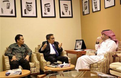 Konjen RI Jeddah berbincang-bincang dengan Pemred Arab News (kanan) Faisal J Abbas