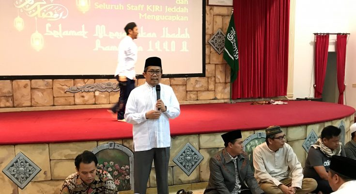Konjen RI Jeddah memberikan sambutan pada bukber perdana bersama masyarakat Indonesia yang bekerja di Arab Saudi