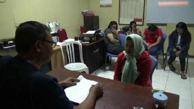 Salah satu mucikari saat dimintai keterangan di ruang Pidum Satreskrim Polres Probolinggo, Jawa Timur.(foto: dic)