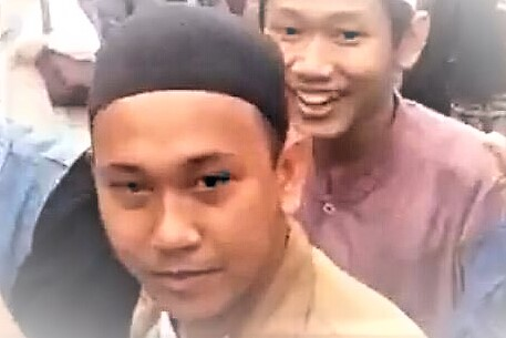 Pemuda bergamis dan berpeci ini yang mengancam akan memenggal leher Presiden Jokowi