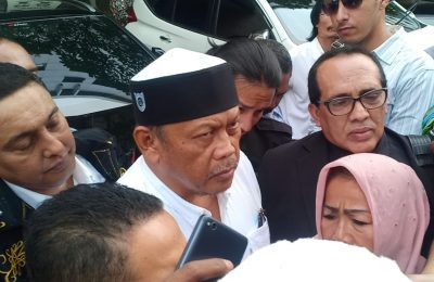 Eggi Sudjana yang disangkakan polisi terlibat dalam kasus makar, Selasa (14/5) ditangkap polisi saat menjalani pemeriksaan di Mapolda Metro Jaya.