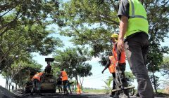 Perbaikan jalan raya di jalur  pantura Situbondo. (foto:fat)