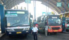 Terminal bus Situbondo masih terlihat sepi. (foto:fat)
