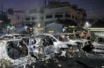 Sejumlah kendaraan terbakar dalam kerusuhan di JL. KS Tubun, Jakarta Barat, Rabu (22/05) dinihari. (foto:antara)