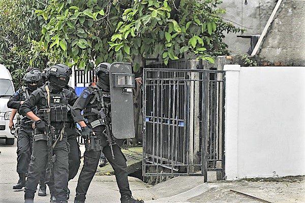 Anggota Densus 88 Antiteror menangkap 9 teroris terkait jaringan  EY alias Rafli di Bekasi, (Antara/Ariesanto)