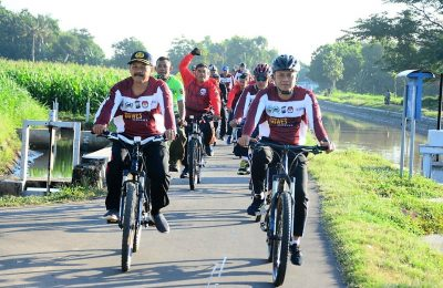 Kapolres Situbondo AKBP Awan Hariono bersama anggota Forum Komunikasi Pimpinan Daerah  (Forkopimda)  Situbondo, melakukan gowes bareng keliling Kota Situbondo, Jumat (3/5/2019). (foto:fat)