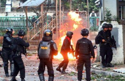 Polisi saat mengamankan aksi kerusuhan yang terjadi pada Rabu dinihari. (foto:istimewa)
