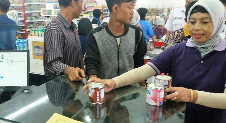 petugas saat Sidak ke salah satu swalayan di Kota Situbondo. (foto:fat)