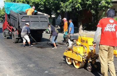 Dinas Pekerjaan Umum dan Penataan Ruang (DPUPR) Pemkab Situbondo, mulai memperbaiki  sejumlah ruas jalan yang rusak dan  berlubang   di Kota Situbondo,(foto:fat)