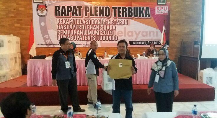 Salah satu anggota PPK Situbondo, saat menunjukan model DA1 yang akan dibaca dalam pelaksanaan rekapitulasi manual di KPU Situbondo. (foto:Fat)