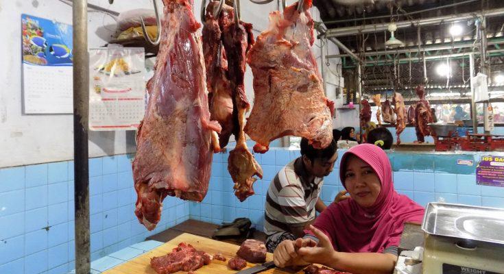 Pedagang daging di Pasar Situbondo. (foto:fat)