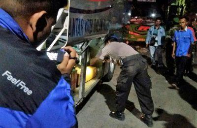 petugas gabungan, saat memeriksa kendaraan bermotor yang sedang melintas di jalur Pantura Situbondo. (foto:fat)