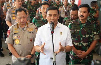 Wiranto didampingi Panglima TNI Marsekal Hadi Tjahjanto dan Kapolri Jenderal Tito Karnavian