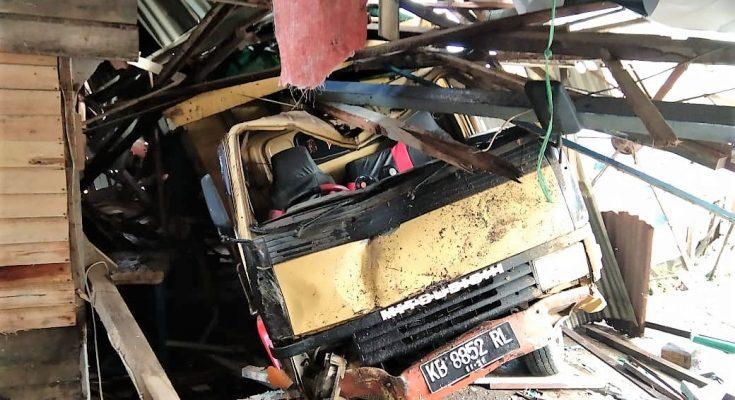 Salah satu dari warung yang ambruk diseruduk truk. (foto:das)