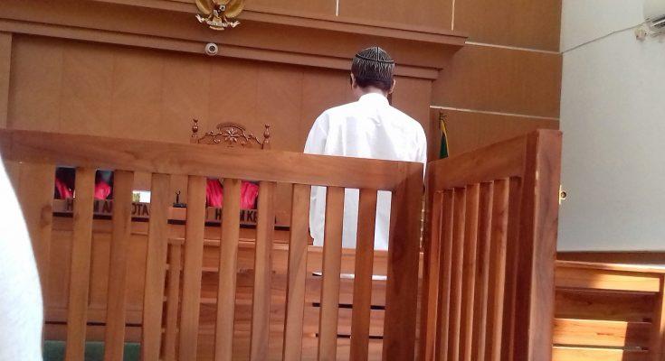 Terdakwa saat menjalani sidang di PN Depok. (foto:ltf)