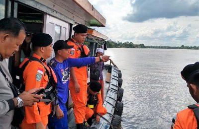 Tim SAR gabungan melakukan penyisiran terhadap dua tagboat yang tenggelam di Perairan Ketapang, Kaltim, Akibat cuaca buruk. (foto:das)