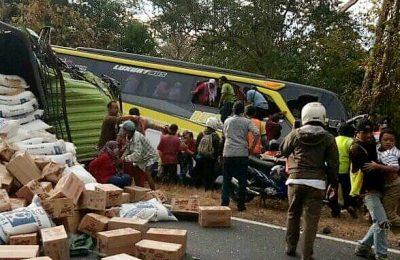 Polisi mengamankan sopir truk penyebab kecelakaan beruntun di Jalur pantura Situbondo. (foto:fat)