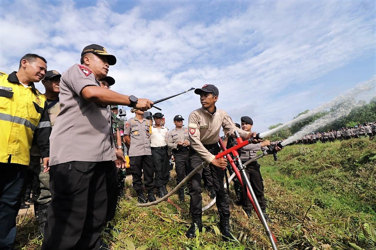 Kapolda Kalbar Irjen Pol Didi Haryono saat meninjau kesiapan penanggulangan kebakaran hutan di Kalimantan Barat. (foto:das)