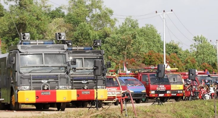 Sejumlah kendaraan dari dinas kebakaran dan kendaraan water canon Polda Kalbar disiagakan untuk mencegah karhutla di Kalbar. (foto:das)