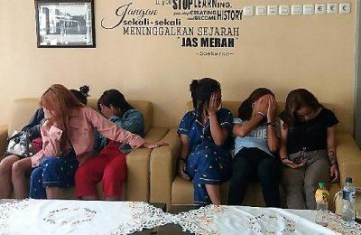 12 gadis asal Bandung, yang dipekerjakan di eks lokalisasi GS Situbondo, saat diamankan di Mapolres Situbondo.