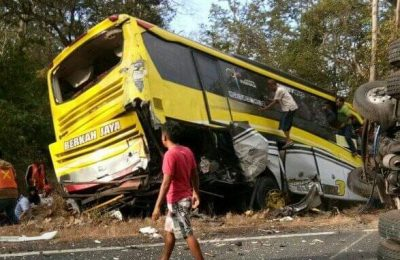 Tabrakan beruntun yang melibatkan 4 kendaraan menewaskan satu orang penumpang di Jalur Pantura Situbondo. (foto:fat)