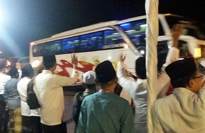 Suasana pemberangkatan ratusan CJH Situbondo di halaman kantor Pemkab Situbondo. (foto:fat)