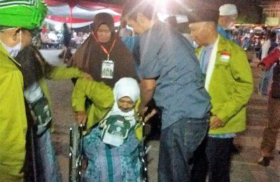 Salah seorang anggota calon jammah haji asal Situbondo yang siap diberangkat dari embarkasi surabaya. (foto:fat)