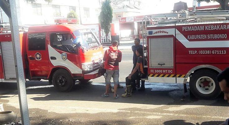 Sejumlah Kendaraan Dinas Pemadam Kebakaran Pemkab Situbondo dikerahkan untuk memadakmkan api yang menghanguskan rumah makan. (foto:fat)