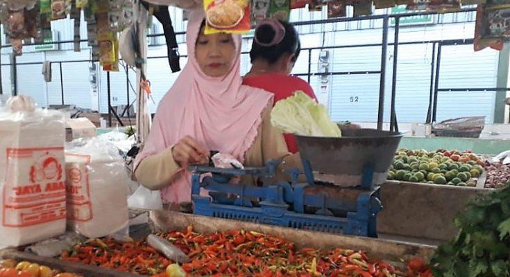 Pedagang di pasar tradisional di Desa Kilensari, Kecamatan Panarukan, Situbondo. (foto:fat)