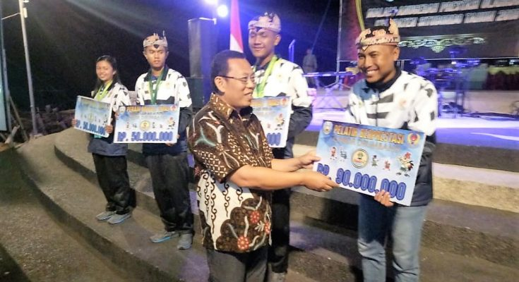 Bupati Dadang Wigiarto, saat menyerahkan bonus kepada atlet berprestasi.(foto:fat)