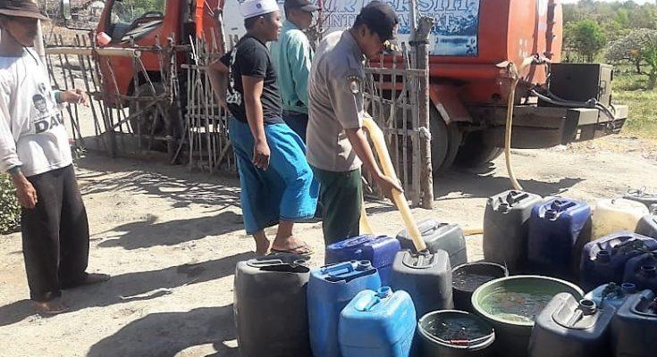 BPBD Situbondo mendistribusikan air bersih di sejumlah dusun yang dilanda kekeringan. (foto:fat)