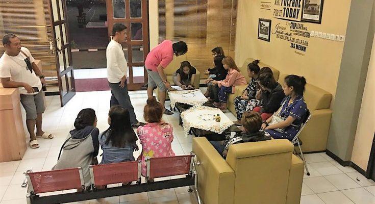 Belasan wanita PSK yang berhasil diamankan Polres Situbondo. (foto:fat)