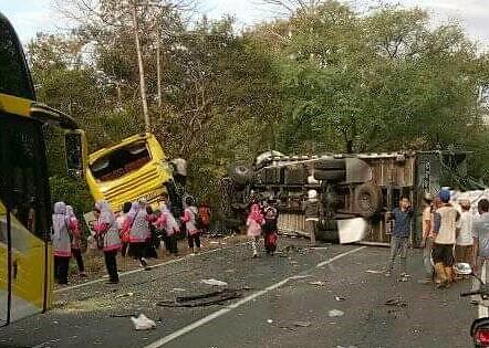 Polisi tetapkan sopir truk fuso bernopol  DR 8806 AZ  sebagai tersangka, dalam insiden tabrakan beruntun yang melibatkan 6 kendaraan bermotor di Jalur Pantura Situbondo, Jawa Timur. (foto:fat)