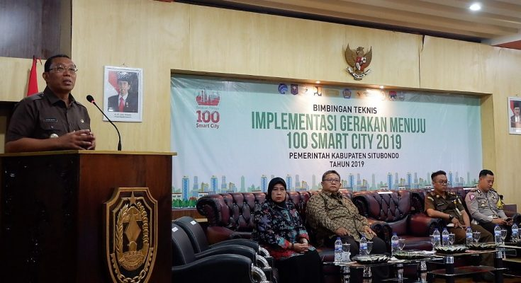 Bupati Situbondo Dadang Wigiarto saat memberikan sambutan dalam acara bimtek Implementasi gerakan menuju 100 smart city 2019. (foto:fat)