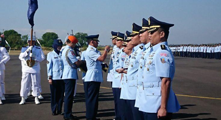KSAU Marsekal TNI Yuyu Sutisna saat melantik satuan baru depo 80 di Lanud Iswahyud madiun. (foto:hap)