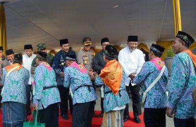 Wabup H Moh Qosim bersama Forkopimda saat memberangkatkan ribuan jamaah calon haji Kabupaten Gresik. (foto:dik)