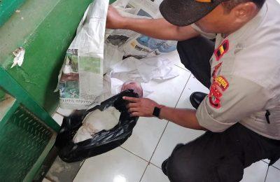 Petugas tengah memeriksa mayat bayi yang ditemukan warga di majleis taklim. (foto:ltf)