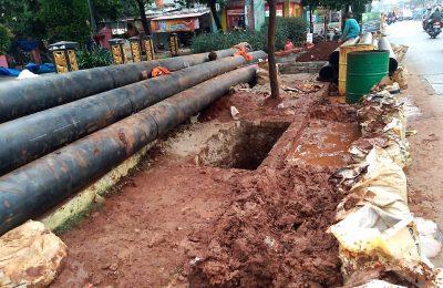 Pengerjaan Proyek revitalisasi jaringan pipa milik Perusahaan Daerah Air Minum (PDAM) Tirta Asasta Kota Depok. (foto:ltf)