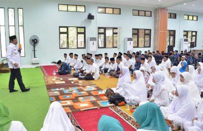 Wabup Qosim saat membekali 110 Jamaah Calon Haji di lingkungan Dinas Pendidikan Gresik. (Foto:dik)