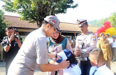 Kapolres Gresik AKBP Wahyu S Bintoro saat menyambut siswa baru di SLB Kemala Bhayangkari 2 Gresik. (foto:dik)
