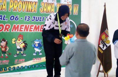 Atlet menembak Shinta Khoirunnisa, saat menerima medali emas. (foto:fat)