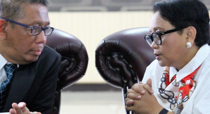 Menteri Luar Negeri RI Retno Marsudi (kanan)