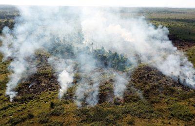 Foto dari udara, lahan  yang terbakar mencapai puluhan hektar dan api masih  berkobar serta menimbulkan asap pekat. (foto: humas IAR)
