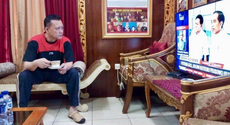 Irjen Pol. Ike Edwin saat menonton televisi yang menyiarkan pertemuan Presiden Jokowi dengan Prabowo Subianto di Stasiun MRT Senayan, Jakarta, Sabtu (13/7/2019). (Tjg)