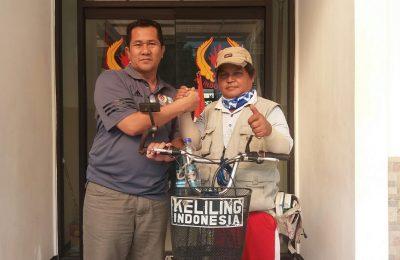 Ismail, saat mengunjugi Kantor KONI Situbondo dan berfoto bersama ketua KONI Situbondo Reno Widigdyo SH. (foto:fat)