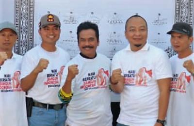 Kapolres, Wabup, dan sejumlah Pimpinan Parpol Gresik saat Deklarasi Bersatu Bangun Indonesia. (foto:dik)